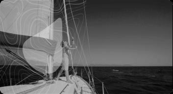Homem puxando cordas em um barco a velas