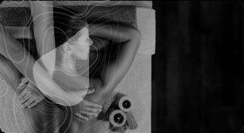 Mãos massageando costas de uma mulher deitada