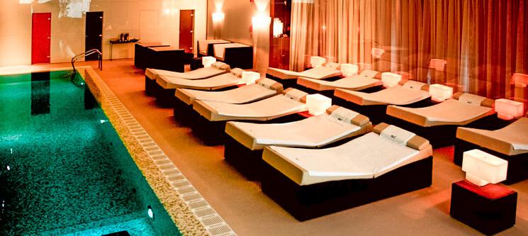 Camas relaxantes à beira de uma piscina coberta
