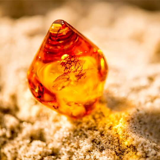 Pedra de âmbar na areia