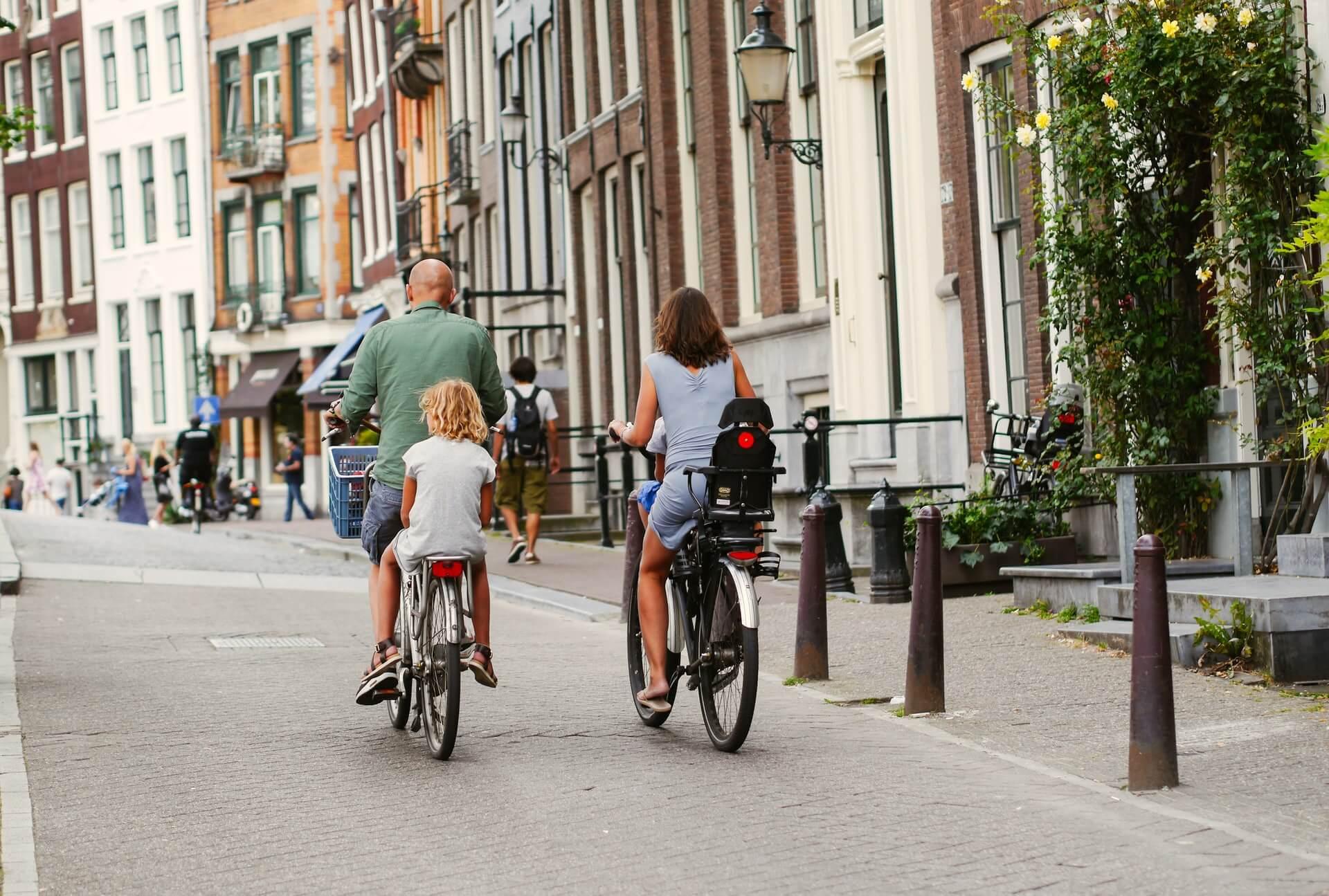 Pessoas andando de bicicleta na cidade