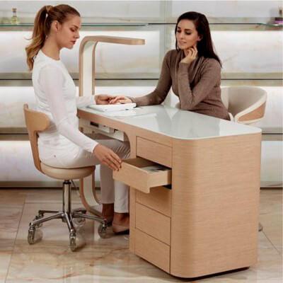 Mulheres sentadas em uma marquesa